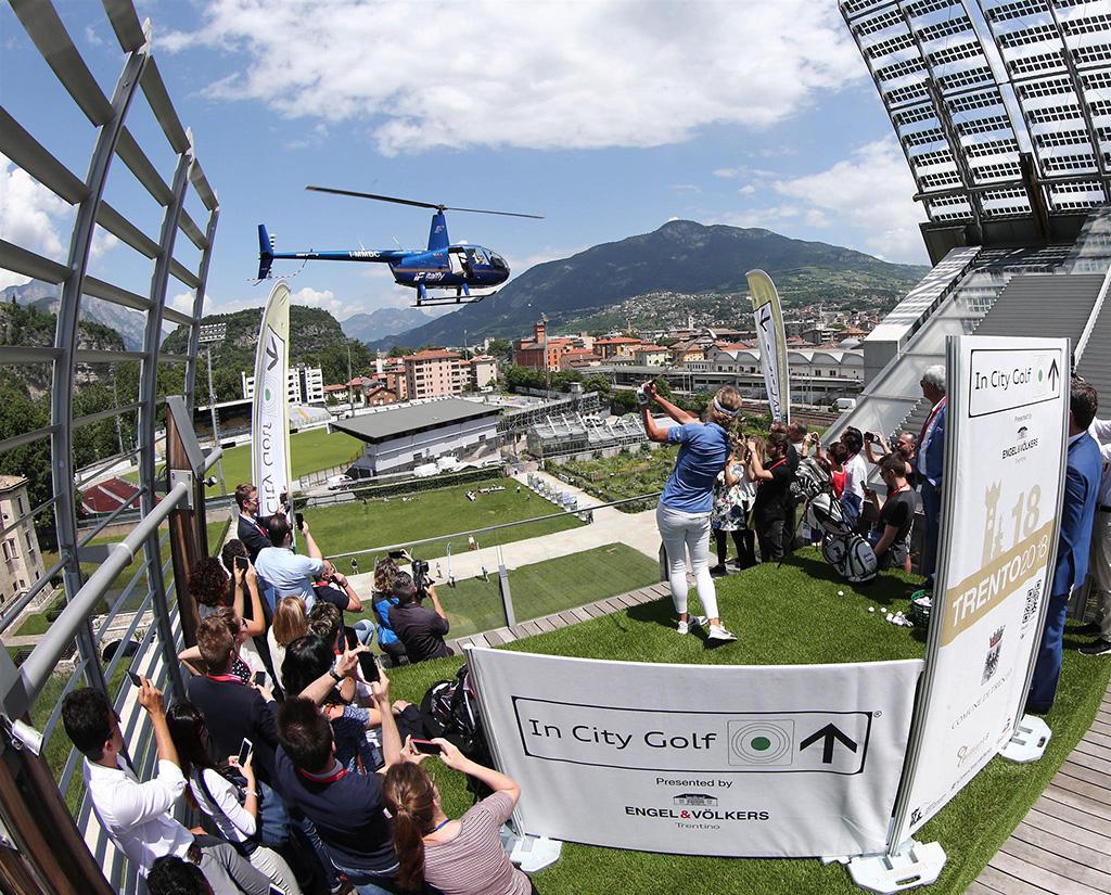 Un Elicottero : In buca attraversando un elicottero u in city golf